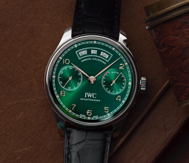 The gradient green dial looks mysterious and charming.