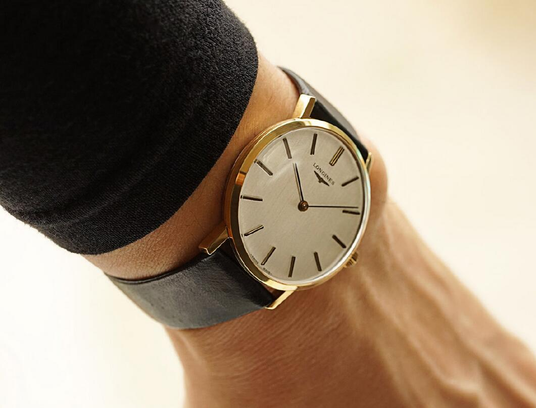 The classic replica watches clearly indicate the time with two hands.