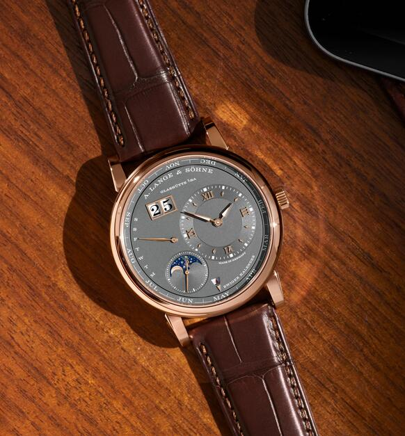 Online sale replica watches are driven by the Swiss self-winding movements.